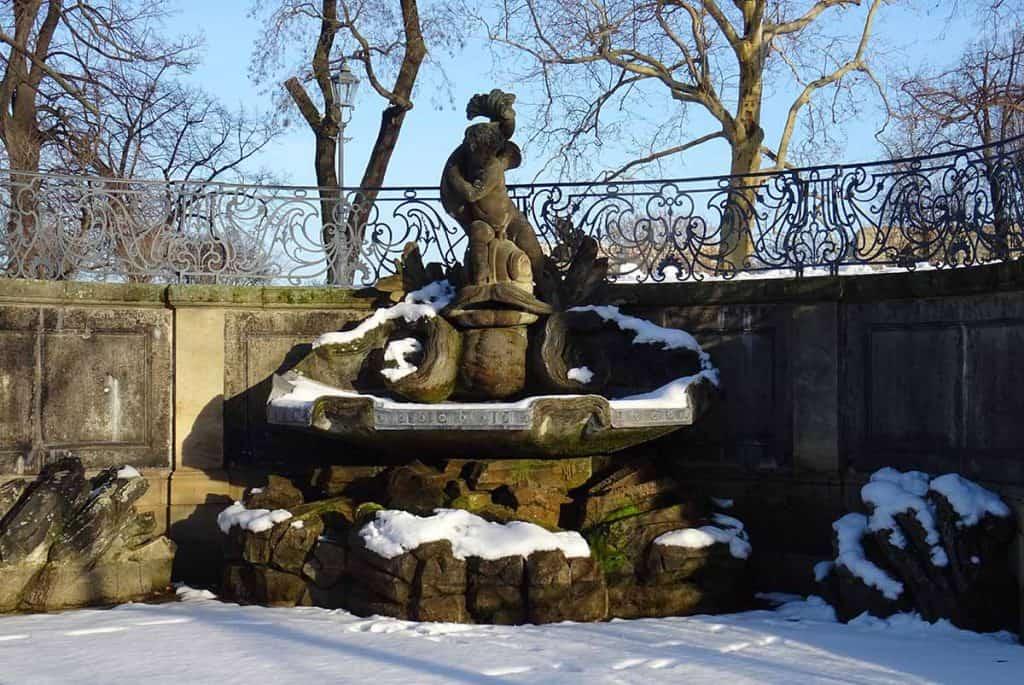 Delphinbrunnen im Februar